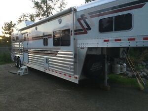 Reduced 2003 4 Star 2 Horse Trailer with LQ