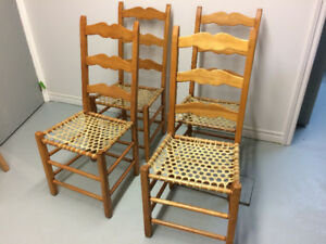 Chaises de bois avec fond de babiche