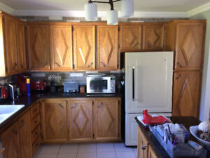 Portes d'armoires en chêne et îlot de cuisine