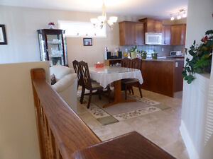 MINT CONDITION....HALF DUPLEX IN KENTWOOD EAST!!