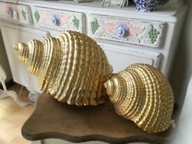 A PAIR OF LARGE GOLD DECORATIVE SHELLS