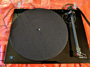 A VENDRE..TABLE TOURNANTE..MUSIC HALL..model..MMF-2.2/LE..NEUVE.