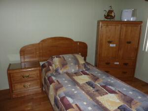 Ensemble de chambre à coucher en bois