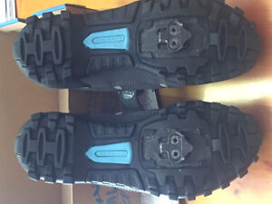 ladies spin shoes in excellent condition Sarnia Sarnia Area image 2