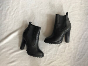 TORRY BURCH Black leather ankle stretch heal boots.