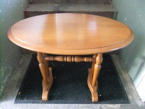 roxton solid maple oval side table in exc cond