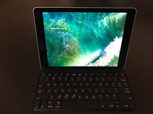 iPad Air 2 128 GB WIFI nearly new, with Logitech keyboard case