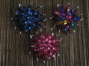 broches multicolore, bleu, rose