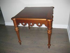 Table de coin en bois massif