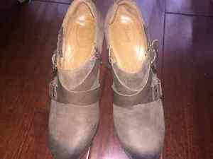 Woman's Clark's Ankle Booties size 9.5