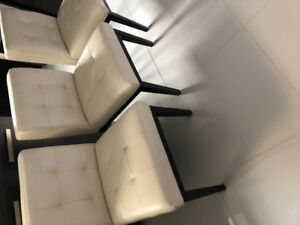 Leather chairs | chaises en cuir