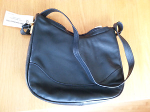 BNWT navy leather purse by Divine - made in Canada