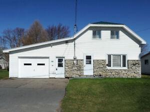 maison de 4 chambres et un grand garage dans le village