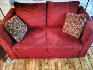 Red Loveseat sofa / fauteuil rouge . $50 obo
