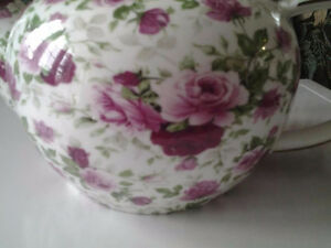 TRULY CHARMING TEA POT WITH ROSES HOLDS4 CUPS PORCELAIN