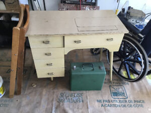 Sewing desk with or without sewing machine