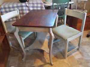 Gorgeous table and 2 chairs