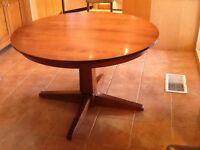 Table ronde solide en bois / Round solid table in wood