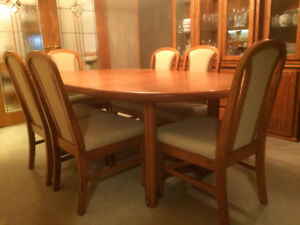Solid oak dining table, 6 chairs, buffet & hutch