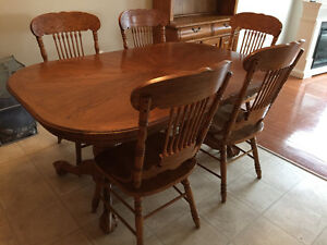 Oak dining room set. Moving- need gone Peterborough Peterborough Area image 1