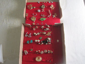 Lot of Vintage Jewelery. Earrings, broaches and  pins