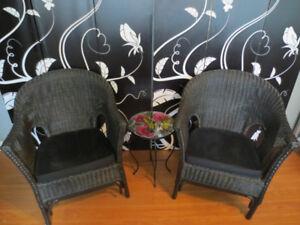 Ensemble 3 morceaux, 2 chaises en rotin et table en métal.