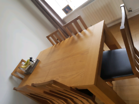 Extending Oak table and 6 chairs table 6-8 people