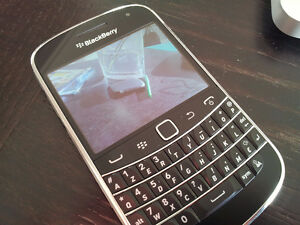 TRES BONNE CONDITION UNLOCKED BLACKBERRY BOLD 9900 ($75).......