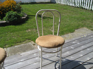 REDUCED PRICE  white table and 2 chairs Gatineau Ottawa / Gatineau Area image 3