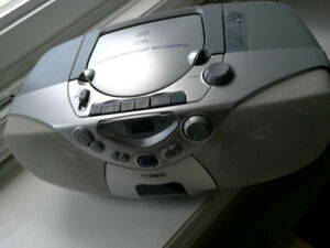PHILIPS Portable AM/FM RADIO CASSETTE AND CD PLAYER