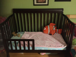 Lit de bebe et lit simple.   Crib and twin bed
