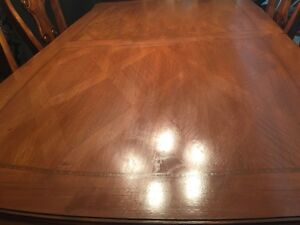 SOLID WOOD Dinning Table 6 chairs excellent condition