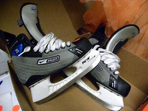Neufs ont coûté 199,99 $ ces patins à glace (grandeur: 7)