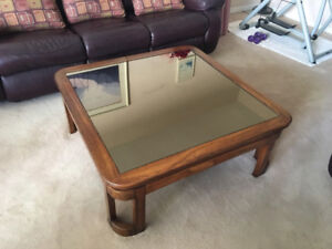 BEAUTIFUL GLASS & WOOD COFFEE TABLE IN EXCELLENT CONDITION