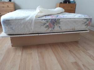 Base de lit double, matelas et house mousse mémoire à vendre