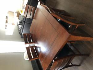 Table salle à manger et chaises à vendre