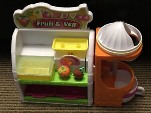 Shopkins Fruit & Veg Stand Playset with 2 Figurines