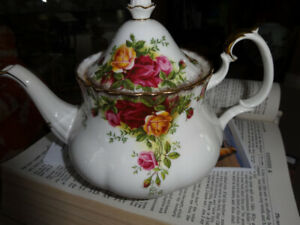 Royal Albert large TEAPOT,Old Country Roses, perfect,