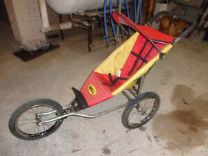 Poussette a trois roues pour jogging de marque Bell qui se tran