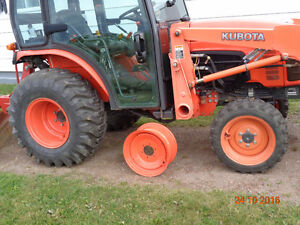 Set of wheels and tires for tractor with extra front rim