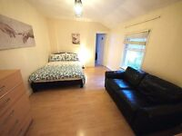SPACIOUS and clean King size bedroom with sofa located 20 minute to Southwark and Waterloo