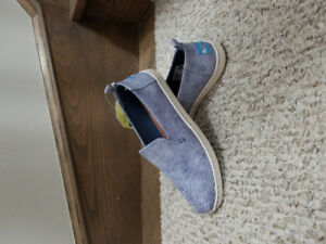 Womens TOMS size 6. Never worn.