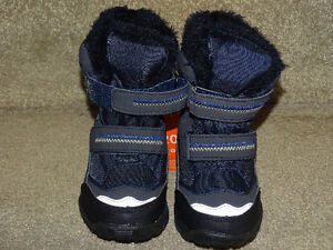 Boys Snow Shoes ( Size 6 ) Brand New