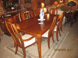 Beautiful Mahogany Dining table with leaf and 6 chairs