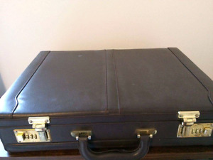Lockable vintage leather suitcase