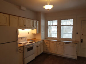 3 BEDROOMS - UP & DOWN DUPLEX - $1,375.00/mth - AVAILABLE JUNE 1