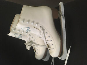 Ladies Skates Size 7 with guards - Great condition