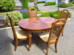 Apt Size Thomasville Dining Room Table + 4 Chairs
