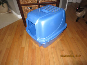 Kitty litter pan with cover like new but used