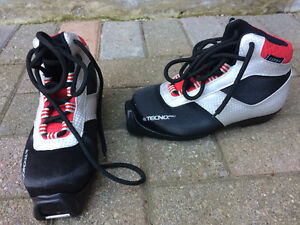 Children's size 11 cross country ski boots